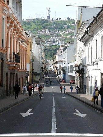 ecuador-es-galapagos-szigetek-tn_1quito-utca-domboldal-szoborral.jpg