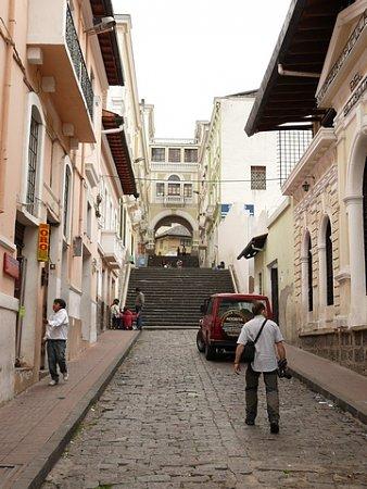 ecuador-es-galapagos-szigetek-tn_1quitoi-utca-zsozsoval.jpg