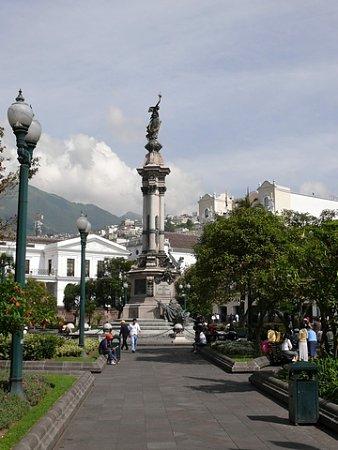 ecuador-es-galapagos-szigetek-tn_1quito-foterenek-koezepe.jpg