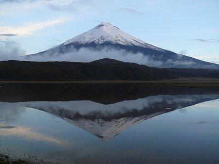 ecuador-es-galapagos-szigetek-tn_1vulkan-csucs-tuekroes-felhos.jpg